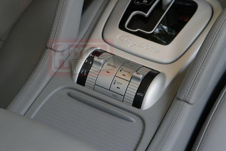 Левая клавиша Sport переводит в спортивный режим подвеску, «автомат» и привод акселератора, а правая — только амортизаторы