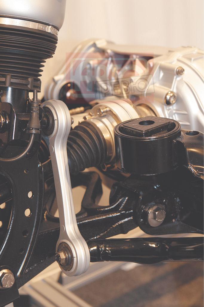 Мощнейшая, напоминающая шатун двигателя тяга переднего стабилизатора — разве не красиво? Она соединяет стабилизатор непосредственно со стойкой пневмоподвески