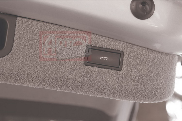 За доплату крышка багажника оснащается гидроприводом, который активируется кнопкой на водительской двери, брелоке или в торце крышки (на фото)