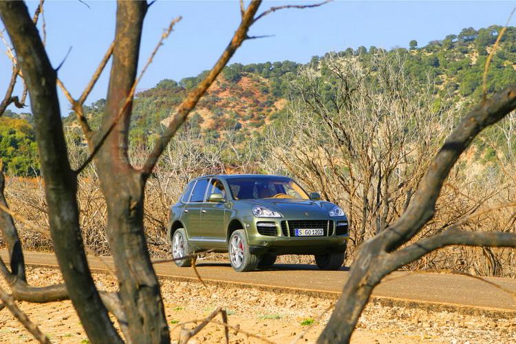 Спереди Cayenne Turbo отличается увеличенными воздухозаборниками, горизонтальными полосками светодиодных индикаторов и ребрами на капоте