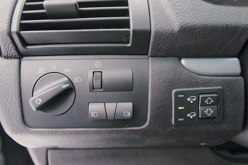 Слева от рулевой колонки — блок управления пневмоподвеской