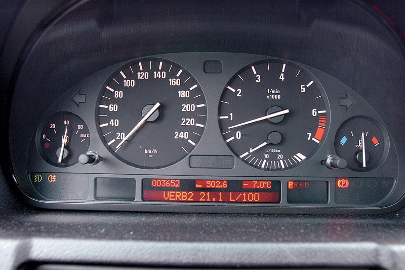 Отличительная особенность BMW — решенный в классическом стиле «инструментарий»
