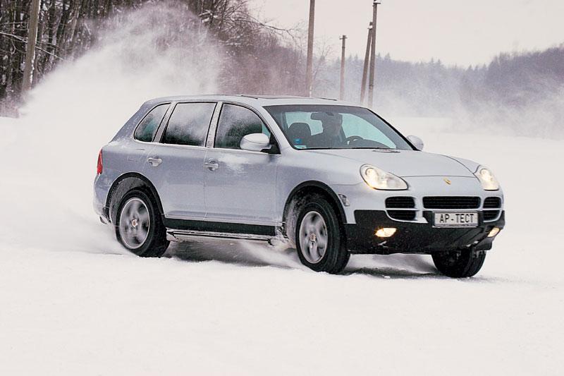 На асфальте на высокой скорости Porsche демонстрирует отличные легковые повадки. А вот на снегу он мало чем отличается от Туарега