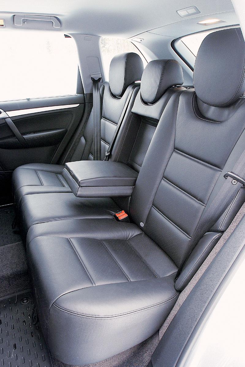 На заднем сиденье Porsche просторно, а вот тоннель в полу велик