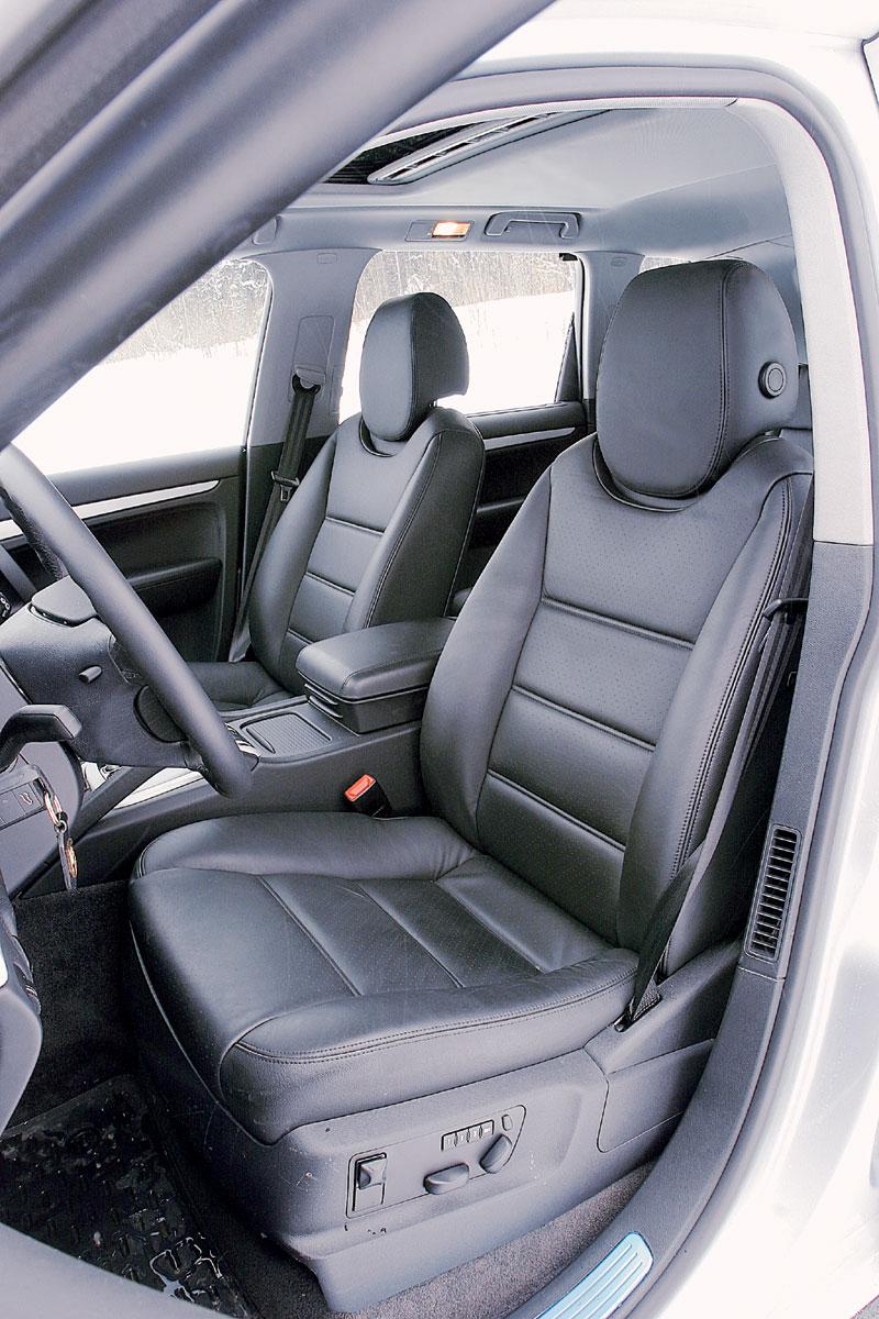 Снабженные массой электрорегулировок передние сиденья Porsche все же не столь удобны, как спортивные кресла BMW