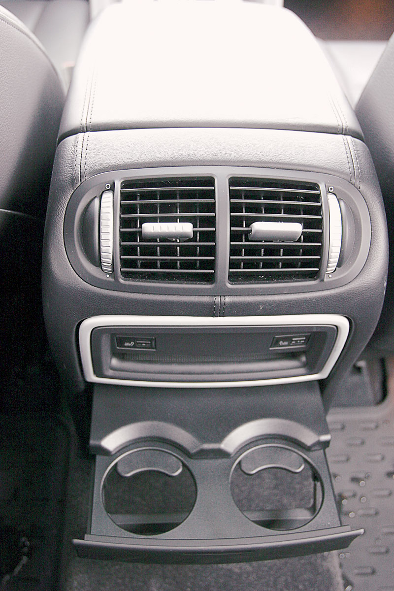 В распоряжении задних пассажиров — подстаканники и регулируемые дефлекторы