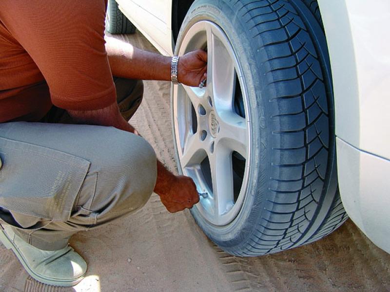 Перед «играми в песочнице» давление 20-дюймовых колес нужно сбросить до одной атмосферы, а попутно отключить систему, оповещающую о неправильном давлении (для Porsche Turbo S она входит в базовое оснащение)