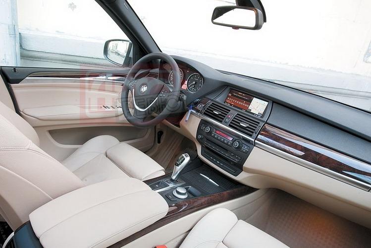 Рациональный минимализм: в салоне BMW ничто не отвлекает водителя от управления автомобилем. Джойстик автоматической коробки удобен