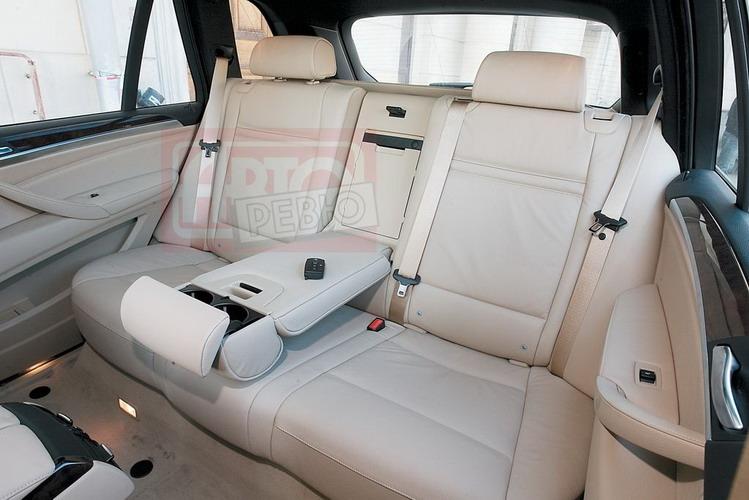 Сзади в BMW X5 много места для ног, но вход-выход затруднен из-за малого угла открывания дверей