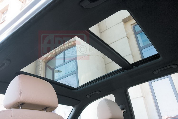 Длина остекления панорамной крыши BMW достигает 97 см, но открывается только передняя часть — 64 см