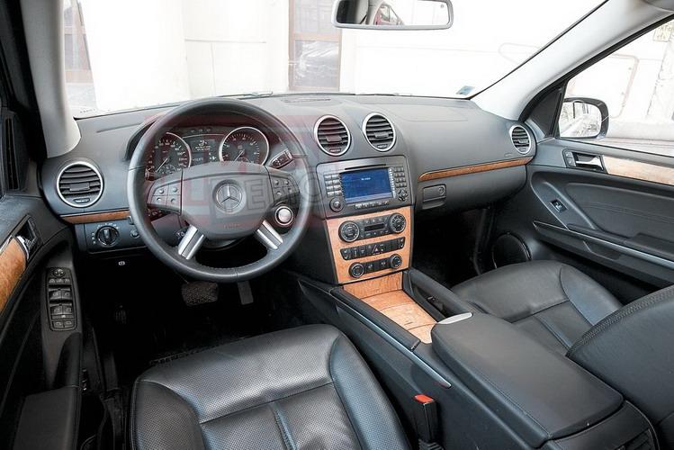 Внутри Mercedes GL — почти ML: разве что панель обтянута кожей