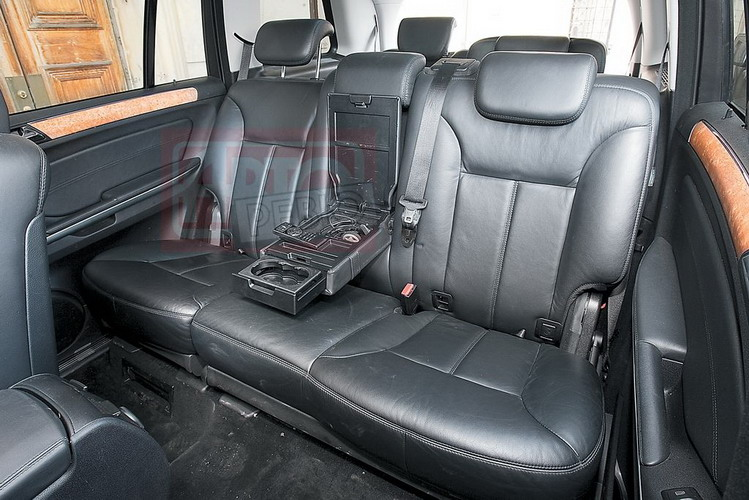 Сзади в Мерседесе очень уютно — спинки сидений можно регулировать по углу наклона