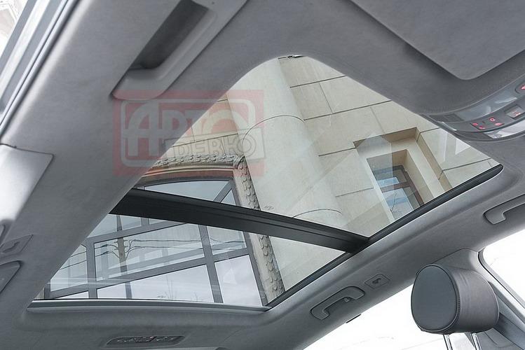 В Audi крыша почти полностью стеклянная: огромный передний люк…