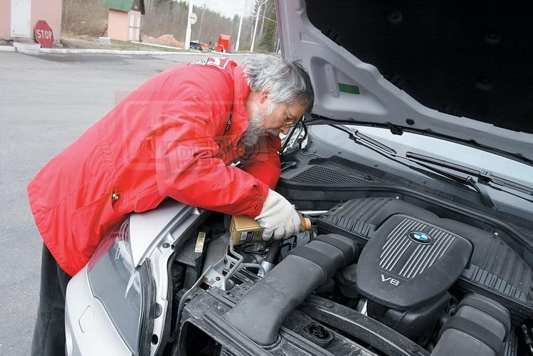 Как выяснилось, баварский мотор любит масло: за наш пробег компьютер BMW X5 дважды «требовал» долива. В результате средний расход недешевого масла Castrol составил 0,5 л/1000 км