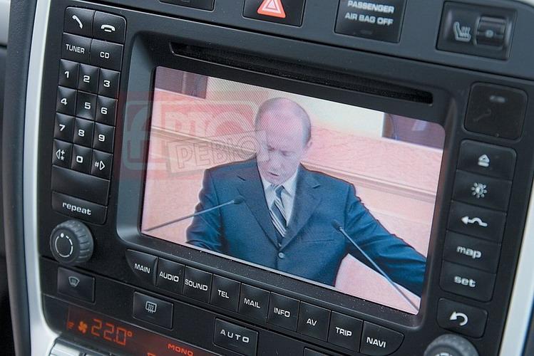 И опять на экране президент Путин — Porsche тоже принимает пару каналов в карельских лесах