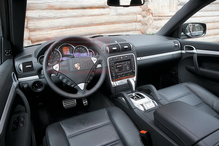 Интерьер Porsche красив, но большой руль с низко расположенными кнопками управления «музыкой» не лучший вариант