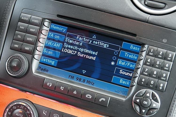 За доплату в Mercedes можно заказать аудиосистему Harman/kardon Logic7