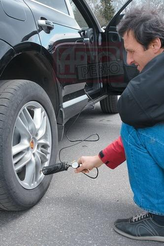 Cayenne с пневмоподвеской укомплектован шлангом для подкачки шин, подключаемым