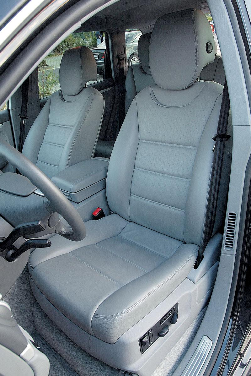 Широкие кожаные кресла спрофилированы весьма скромно: в дальней дороге хотелось бы большего удобства
