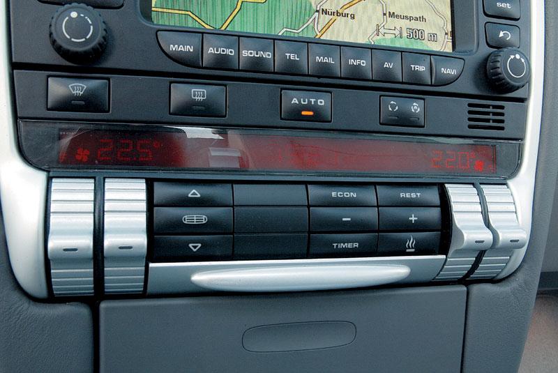 Раздельный климат-контроль оснащен узким и тусклым «матричным» дисплеем. Большинство клавиш скрыто под поворотной крышкой