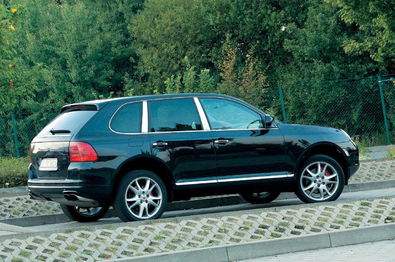 Cayenne Turbo у парковки возле Нордшляйфе. Тормоза уже остыли — это вентилируемые диски диаметром 350 мм спереди (шестипоршневые суппорты) и 330 сзади (четырехпоршневые суппорты)