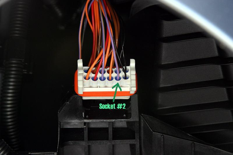 Необходимо соединить провод с проводом в разъеме #2. В данном случае это фиолетово-оранжевый провод. С другой стороны - это красный провод. На автомобилях разных годов выпуска цвета проводов могут отличаться. Просто запомните - разъем №2.